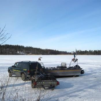 En tur på isen på Mälaren, med bil och släp, en februaridag -09